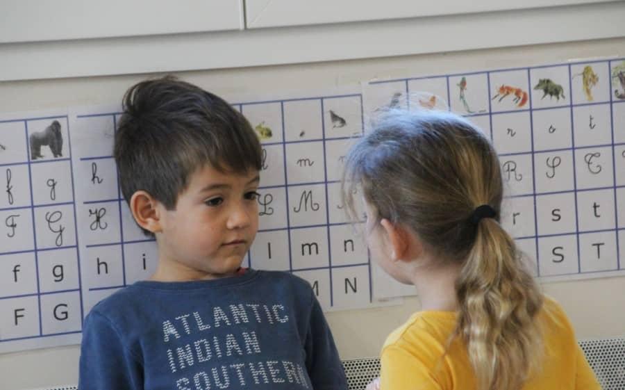 Petits élèves en classe