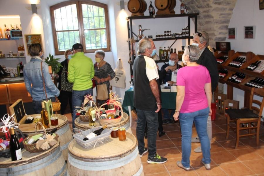 Gens dans une cave vinicole