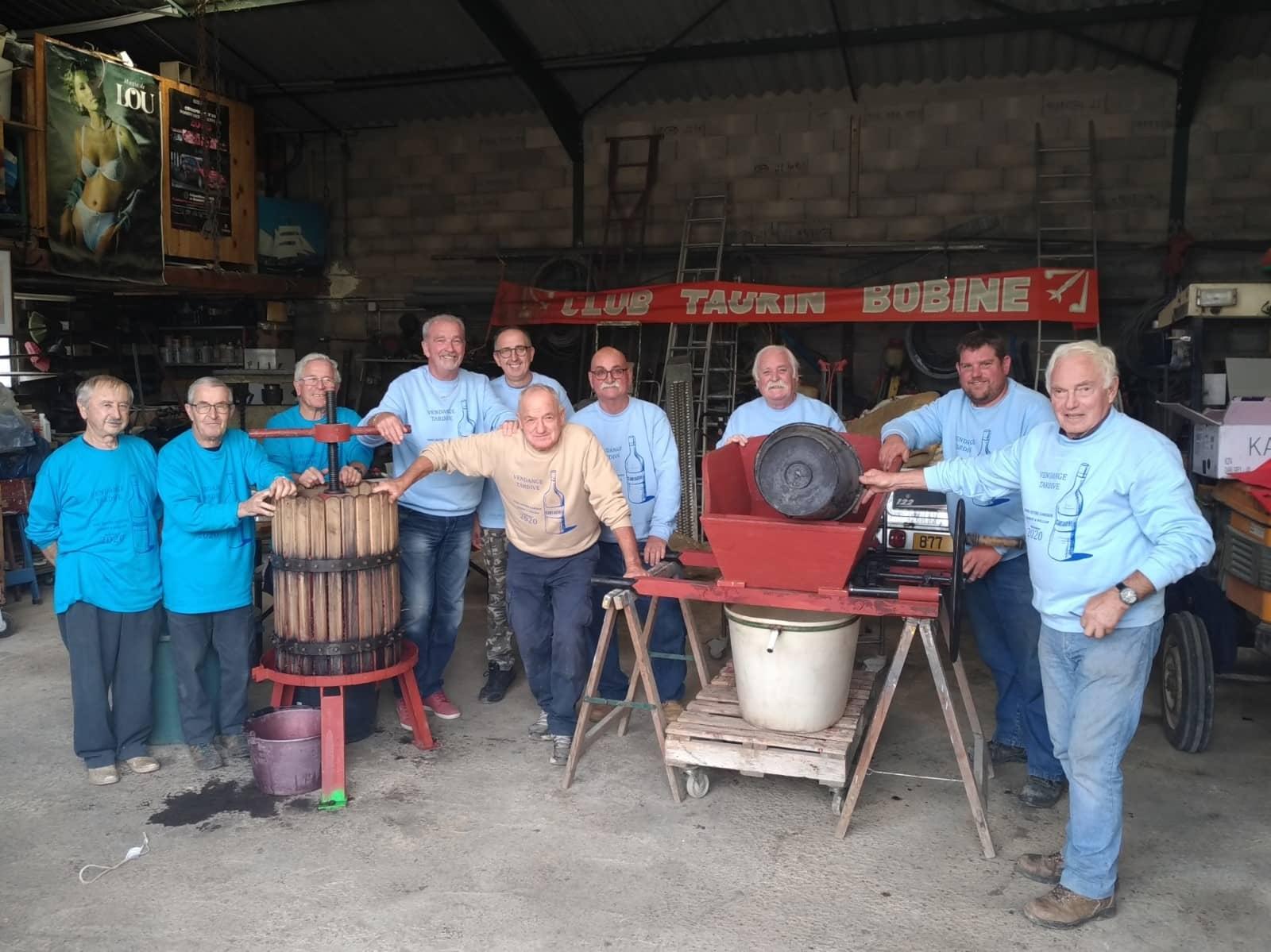 Hommes dans une cave à vinification