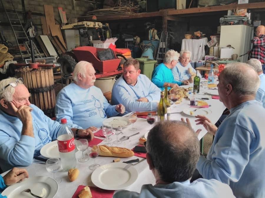 Hommes à table