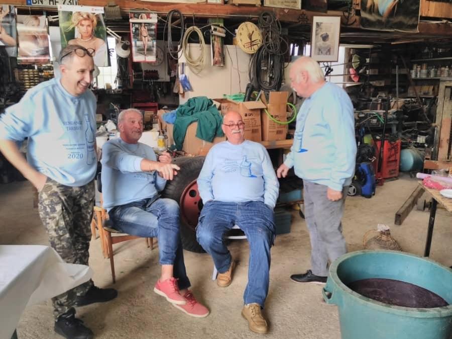 Groupe d'amis dans un garage