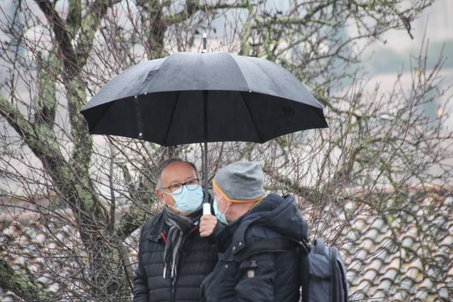 Spectateurs sous la pluie