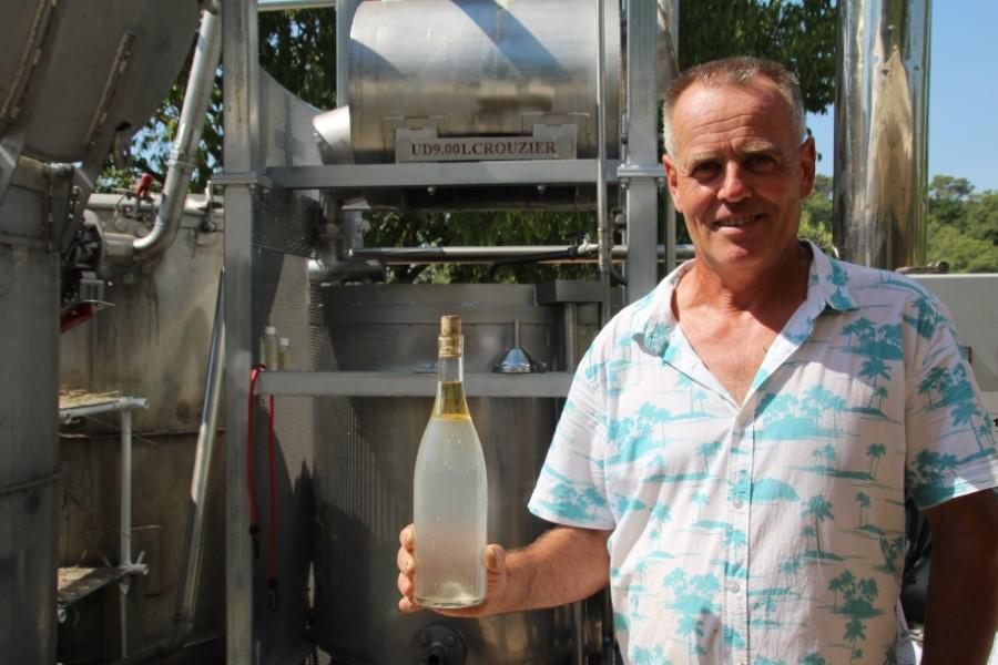 Homme distillant de la lavande