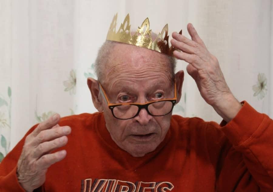 Personne agée avec une couronne
