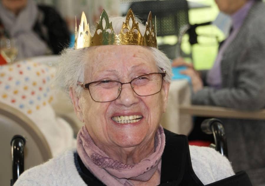 personne âgée avec une couronne