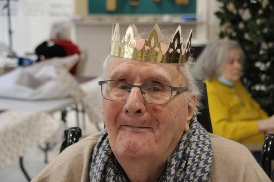 Vieux monsieur avec une couronne