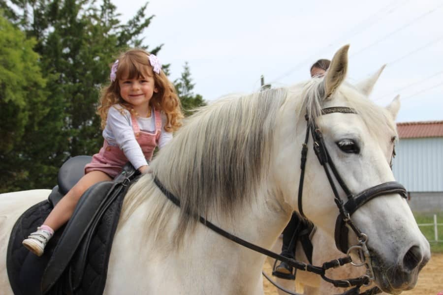 Petite fille à cheval