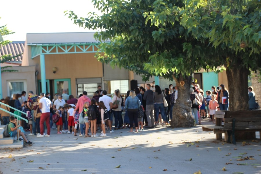 Rentrée scolaire dans cour d'école