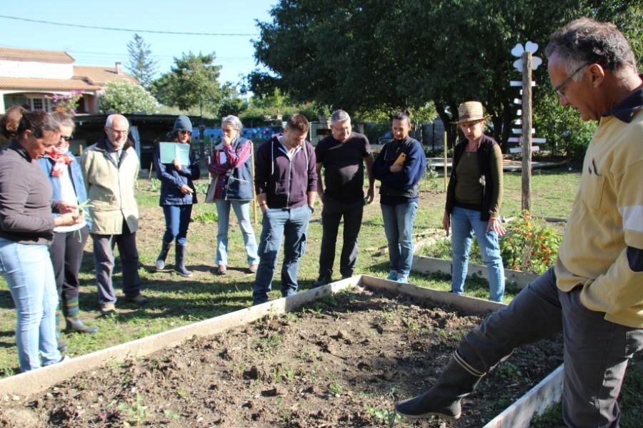 Jardiniers dans un jardin