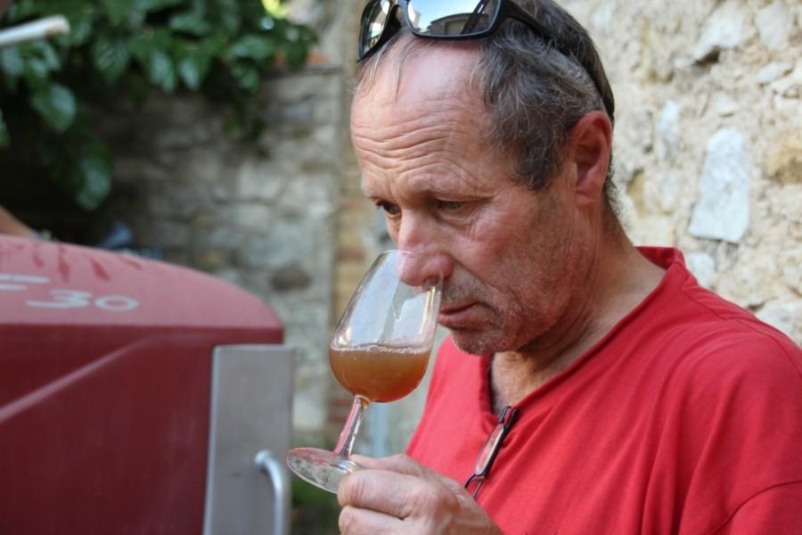 Homme sentant le jus de raisin