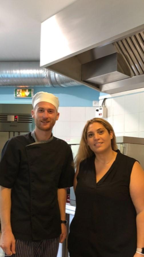 uisinier et femme dans une cuisine